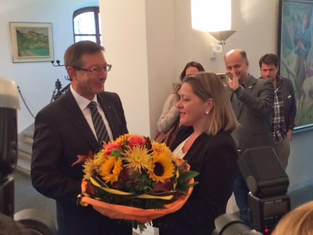 Regierungsratskollegin Heidi Z'graggen gratuliert ihrem noch Regierungsratskollegen Josef Dittli zum Wahlsieg.