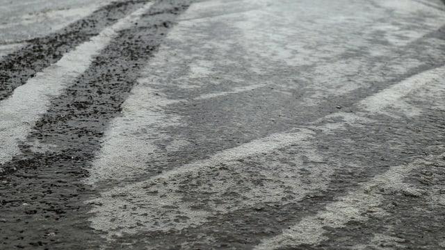 Teilweise überfrorener Feldweg in Reutigen.