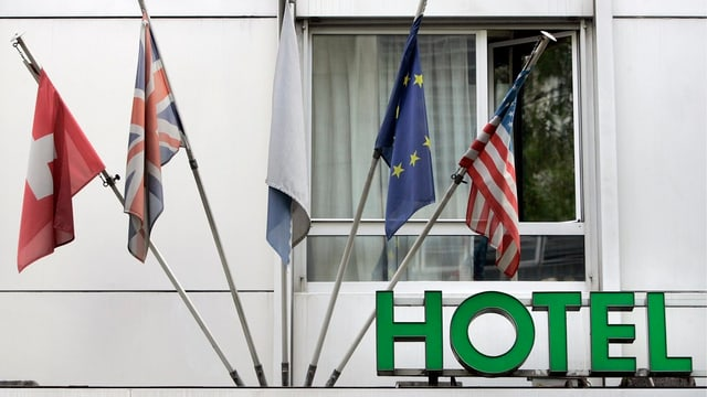 Pliras bandieras che pendan vid la fatschada d'in hotel