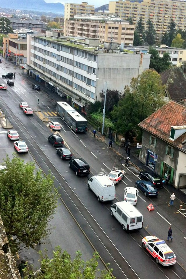 Einsatzfahrzeuge der Polizei sind vor dem Tatort stationiert.