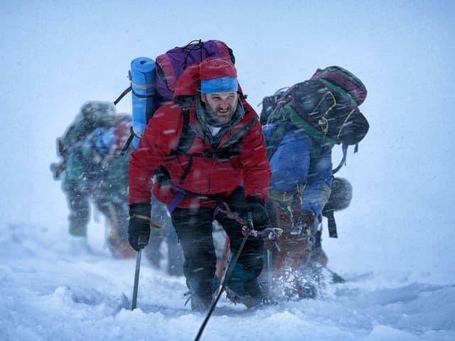 Jason Clarke als Expeditionsleiter Rob Hall im Schneegestöber auf dem Mount Everest.