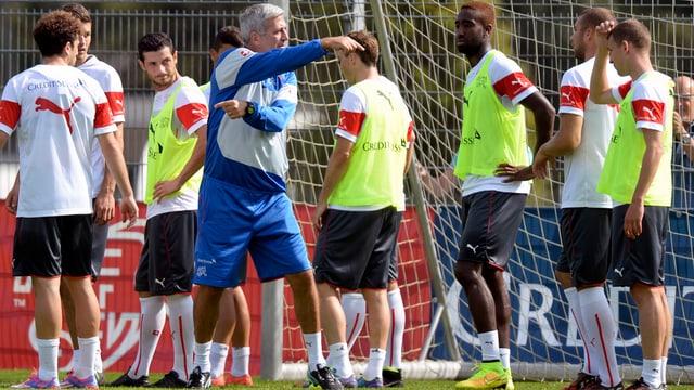 Vladimir Petkovic gibt den Spielern im Training Anweisungen.