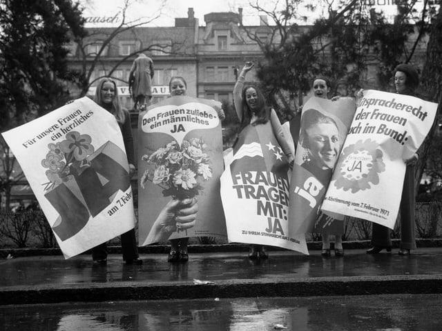 Junge Frauen mit grossen Plakaten.