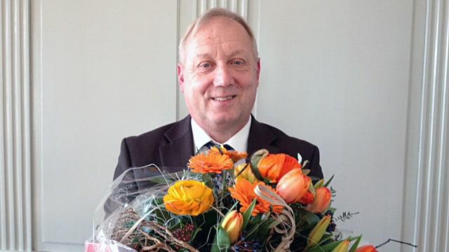 Peter Brotschi hält einen Blumenstrauss.