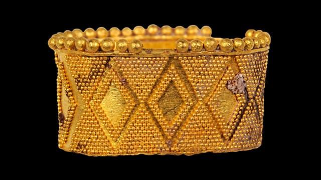 Ein reich verzierter goldener Fingerring.