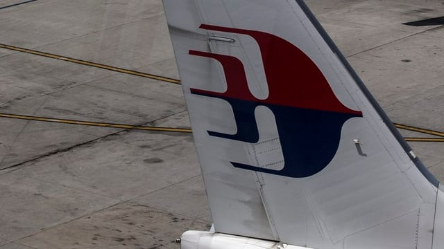 Heckflosse eines Flugszeugs der Malaysia Airlines mit dem Logo der Fluggesellschaft
