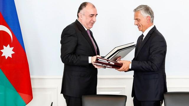 Il cusseglier federal Didier Burkhalter ed il minister da l'exteriur da l'Aserbaidschan Elmar Mammadyarov.