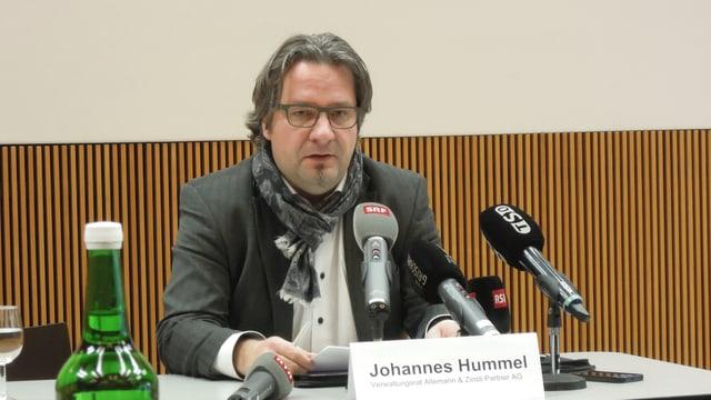 Johannes Hummel vor Mikrophonen.
