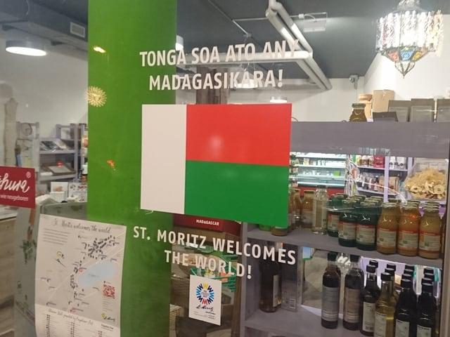 Die Flagge von Madagaskar an einem Geschäft in St. Moritz