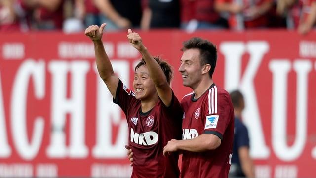 Hiroshi Kiyotake (l.) und Josip Drmic lassen sich feiern.