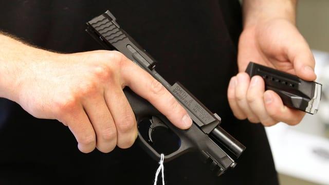 Eine Pistole liegt in einer Hand
