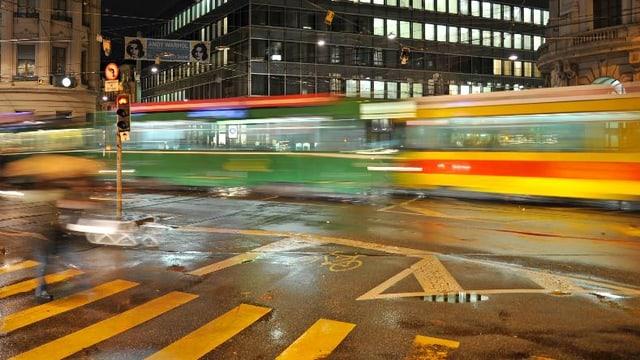 Auf dem Bankenplatz kreuzen sich ein grünes BVB-Tram und ein gelbes BLT-Tram