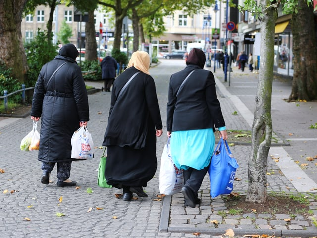 Frauen mit Kopftuch und Einkaufstüten