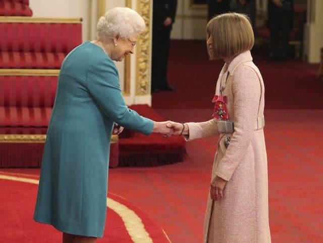 2017 wird Wintour von der Queen zur «Dame Commander» ernannt.