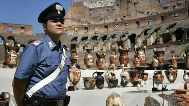 Ausgestellte repatriierte Kulturgüter im Kolosseum in Rom