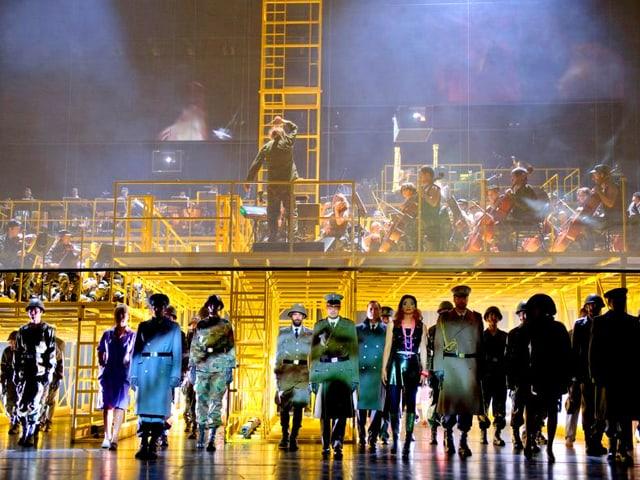 Oben eine Bühne mit dem Orchester, darunter die Sänger.