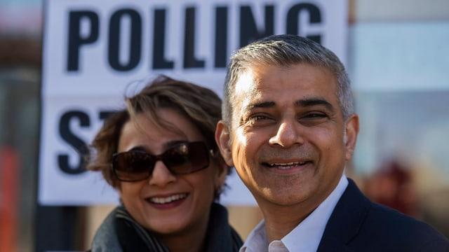Londons neuer Bürgermeister Sadiq Khan mit Ehefrau Saadiya Khan vor dem Wahllokal.