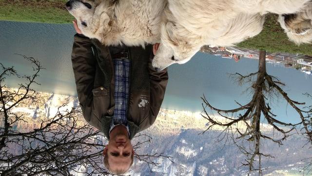 Schafbauer Ueli Metz mit zwei von seinen vier Herdenschutzhunden auf seinem Hof über dem Walensee.