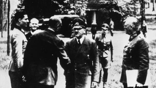 Hitler begrüsst zwei Militärangehörige. Einer davon ist Stauffenberg