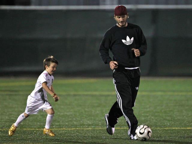 David Beckham mit Sohn Cruz am Fussball-Spielen