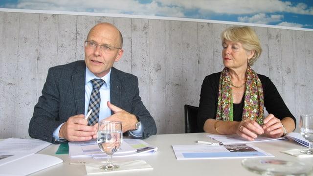 Der scheidende Direktionspräsident Kurt Altermatt und Verwaltungsratspräsidentin Verena Diener sitzen an einem Tisch und sprechen über die Rechung 2012 anlässlich einer Medienkonferenz.