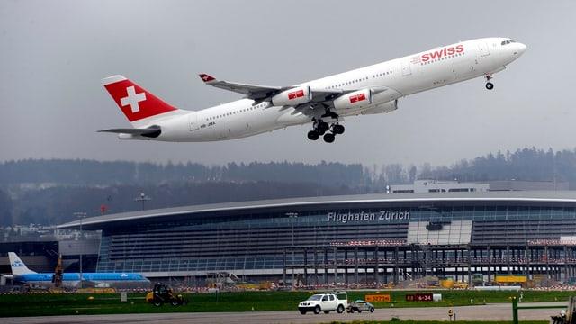 Flugzeug startet am Flughafen Zürich