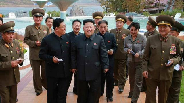 Il schef da stadi dal al Coreal dal Nord, Kim Jong Un cun sia entourage.