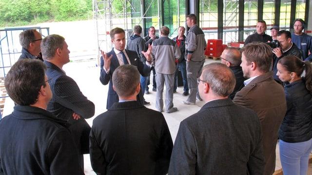 IWC-Chef Christoph Grainger führt die geladenen Gäste durch den Rohbau des neuen Produktionsgebäudes.