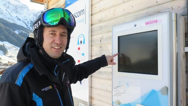 Luginbühl zeigt auf Bildschirm.