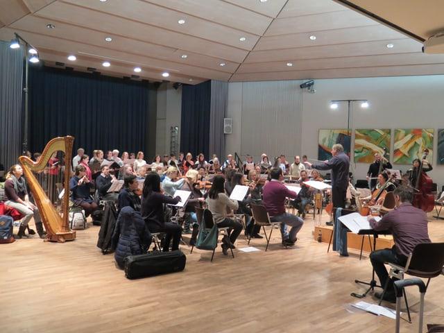 Chor und Orchester an einer Probe.