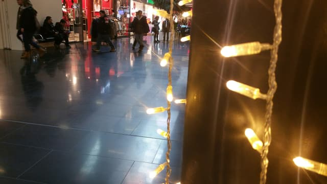 Atmosfera da Nadal en il center da cumpra «City West» a Cuira.