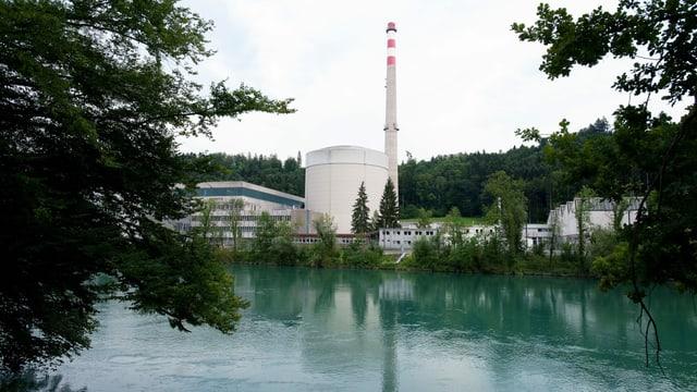 Muehleberg, Kanton Bern, Schweiz - Das Kernkraftwerk Muehleberg neben einem Fluss.