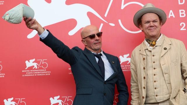Regisseur Jacques Audiard posiert mit Schauspieler John C. Reilly in Venedig für die Fotografen.