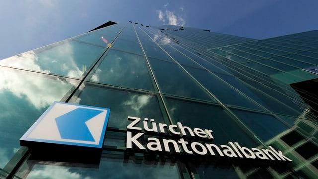 Das Logo der Zürcher Kantonalbank ZKB am Swiss Prime Tower.