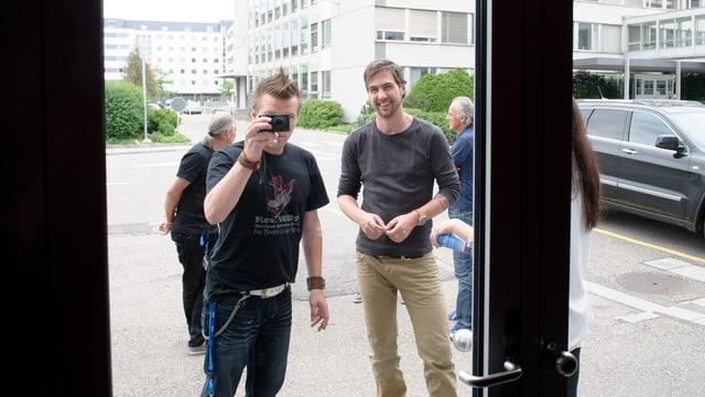 """Andreas Scheiben """"Schibä"""" mit Manu Burkart hinter dem Studio"""