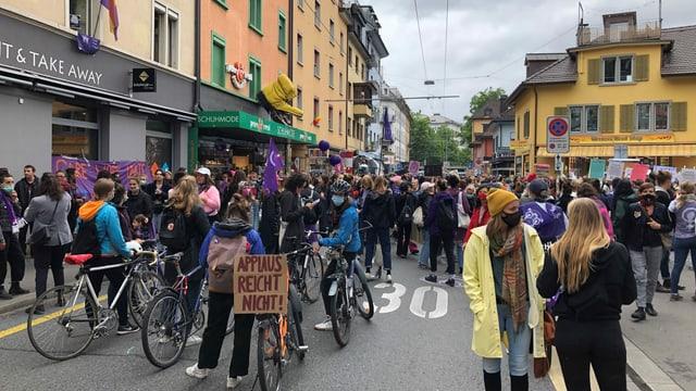 Frauen stehen auf der Zürcher Langstrasse