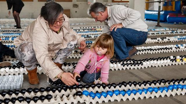 Personen stellen Eier in eine Reihe.