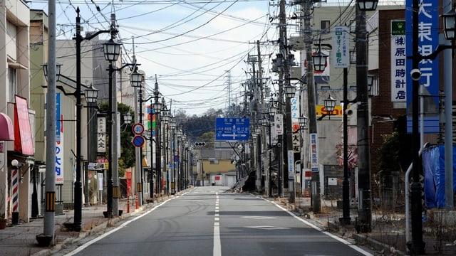 Menschenleere Strasse im Ort Namie in der Präfektur Fukushima.