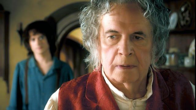 Ein älterer Herr mit grauen Haaren schaut kritisch.