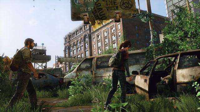 Joel und Ellie untersuchen ein Auto.