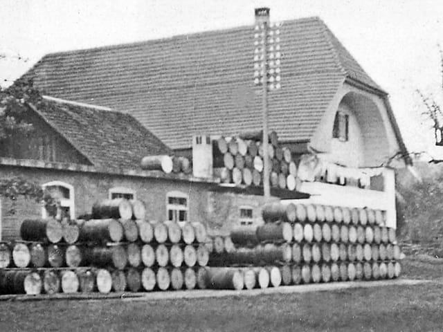Haus mit Fässern auf dem Vorplatz.