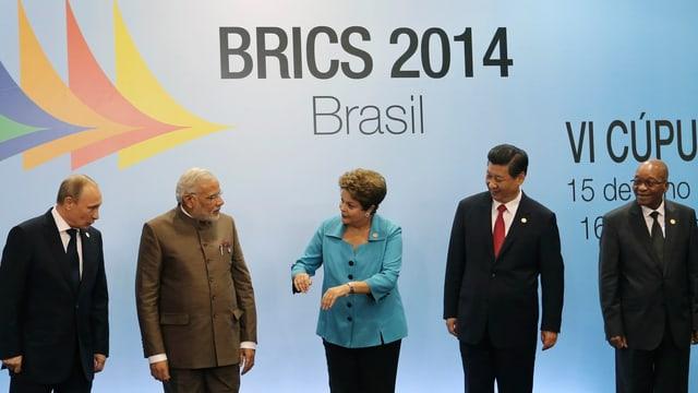 Die Chefs der Bric-Staaten: Russlands Präsident Wladimir Putin, Indiens Premier Narendra Modi, Braziliens Präsident Dilma Rousseff, der chinesische Präsident Xi Jinping Süd Afrikas Präsident Jacob Zuma in einer Reihe