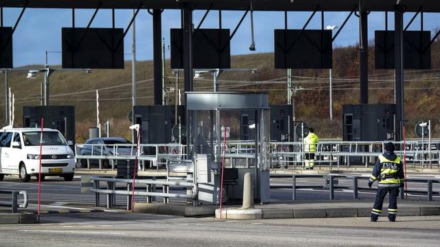 Aufnahme des Grenzübergang, Fahrzeuge auf Strasse, Grenzwächter Aufnahme von hinten.