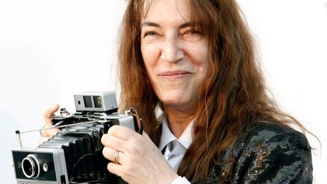Die Musikerin Patti Smith, am Filmfestival in Cannes im Jahr 2010, mit einer alten Kamera.