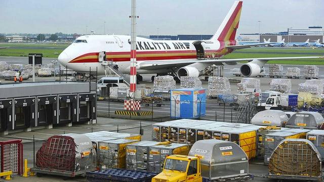 Transportflugzeug wird beladen.