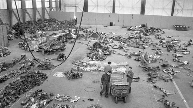 Schwarzweiss-Bild einer Halle mit Trümmern.