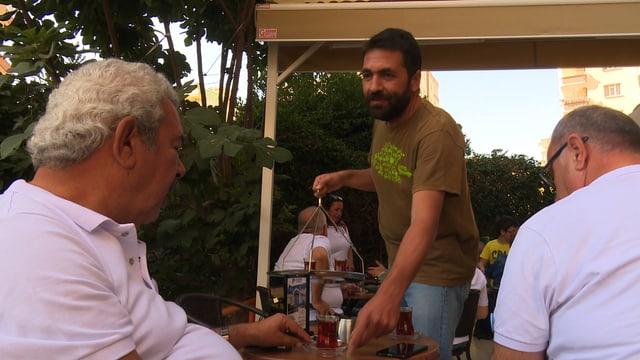 Auf der Veranda serviert der Professor Ulas Bayraktar den Tee.