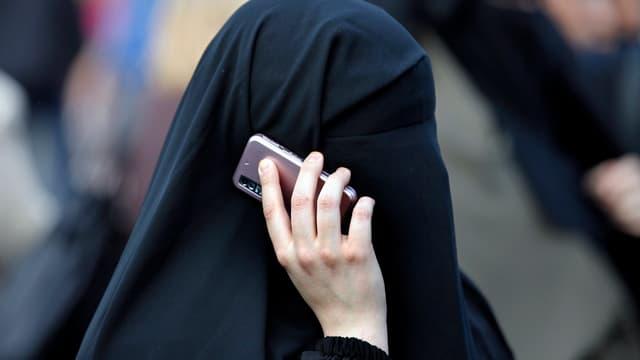 Burkaträgerin mit Handy