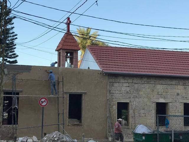 Kirche mit Bauarbeitern
