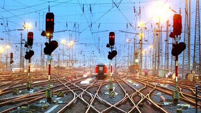 Die Deutsche Bahn will Angestellte aus den Ferien zurückholen, um das Chaos am Mainzer Hauptbahnhof in den Griff zu bekommen.